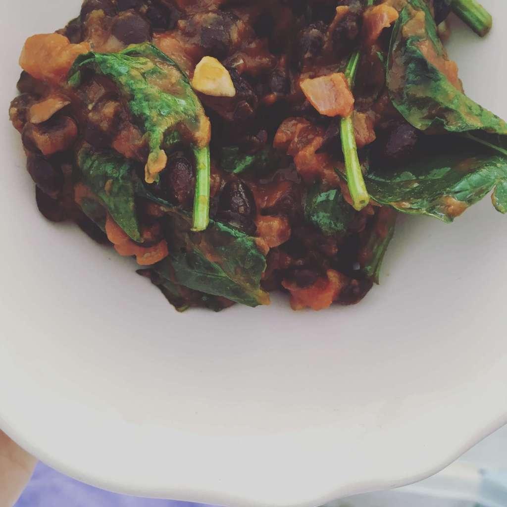 sortebønner spinat og salsa