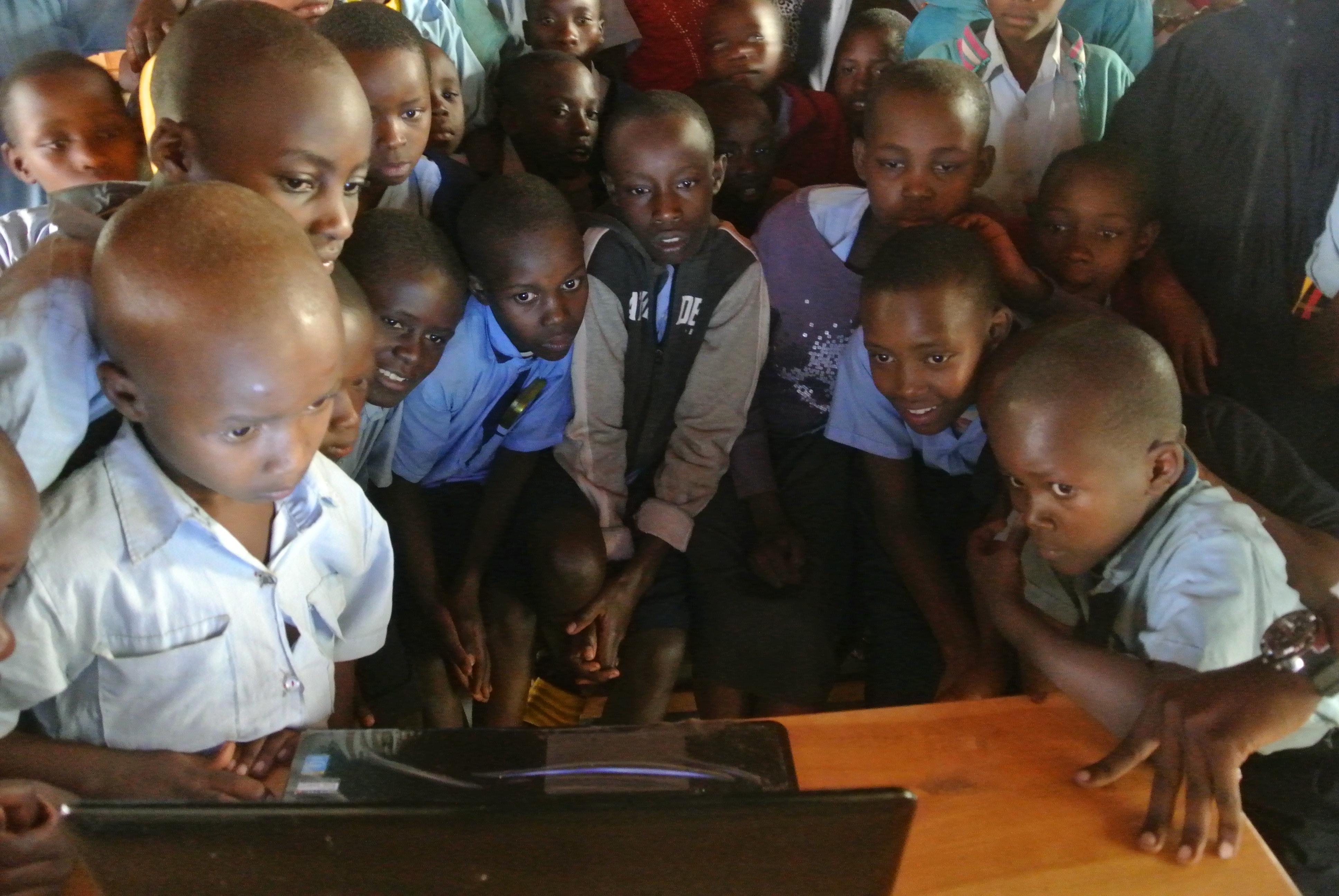 PCを見る生徒