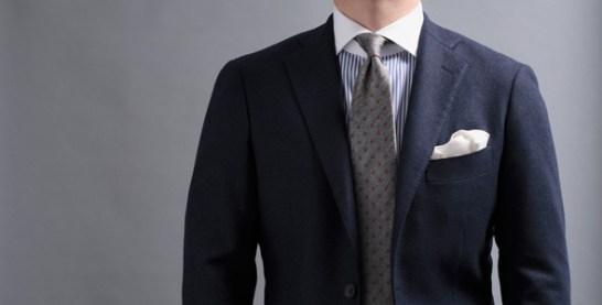 クレリックシャツコーディネート、ネイビーのジャケットにシルバーのネクタイ