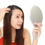 白髪を気にする20代の女性
