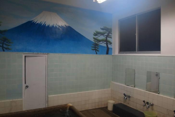 壁面には最近描かれた銭湯らしい富士山のペンキ絵