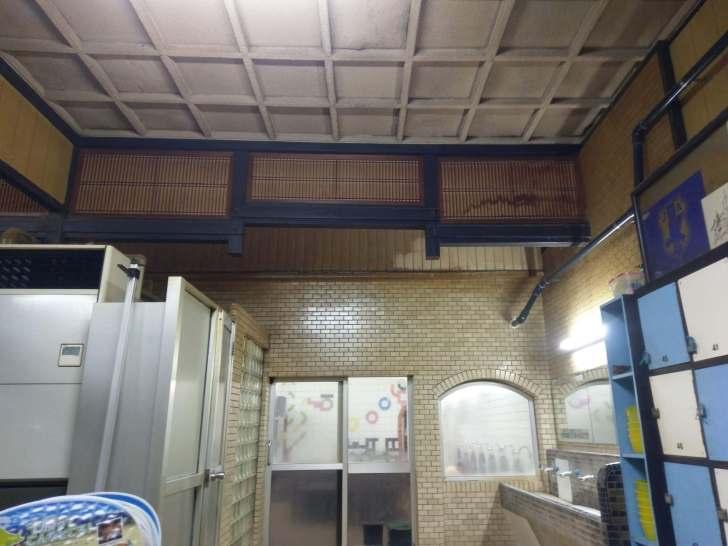 レトロな格子状天井と和風な欄間