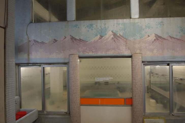 浴室への扉の上にはアルプス山脈とみられるタイル絵