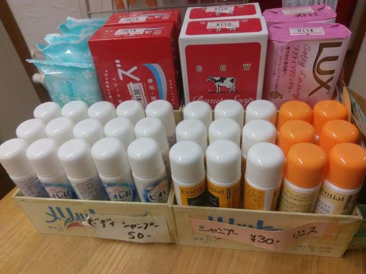 銭湯では1回使い切りのシャンプーや石鹸を販売している