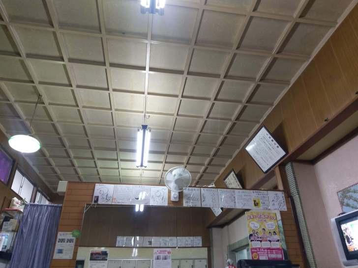 天井も関東の宮造りレトロ銭湯によく見られる格子状のモノ