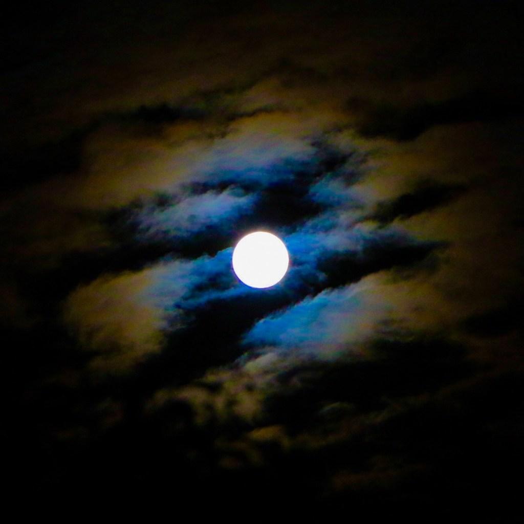 Une lune forte à travers les nuages