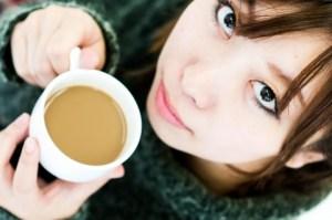 コーヒーを飲む彼女