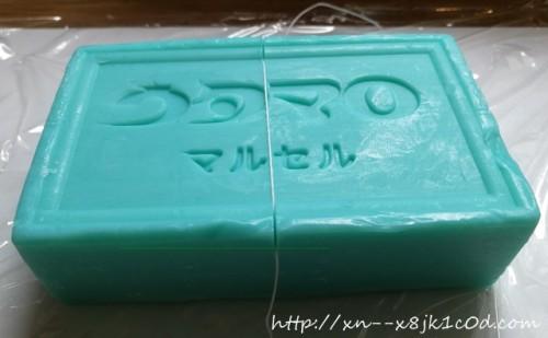 ウタマロ石けんに糸で印をつけているところ