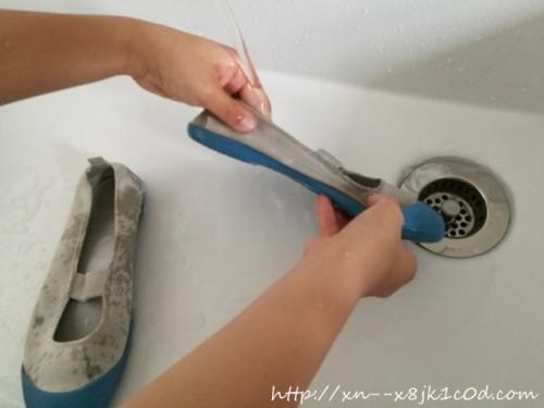 靴の洗い方(全体的に濡らしている写真)