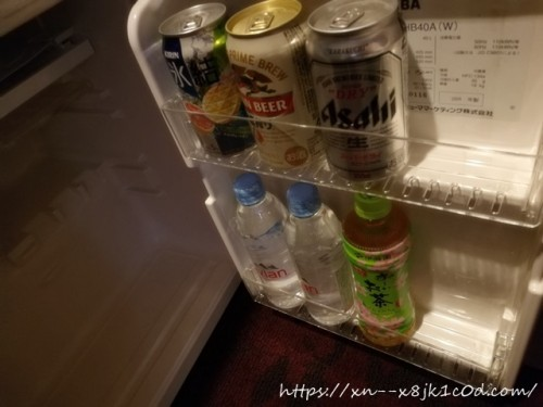 テレビボードの下に冷蔵庫