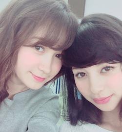 藤井サチ(左)
