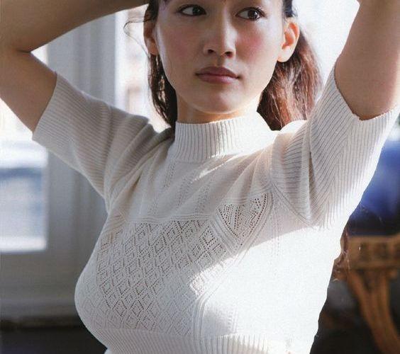 【女優】綾瀬はるか(34)、ふっくら谷間あらわ セクシーな水着姿に反響殺到「かわいすぎる」「スタイル抜群」の声
