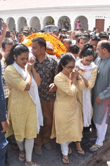 3 Daughters carried Dr. Upendra Devkota to Pashupati Aryaghat (Video UPDATE)
