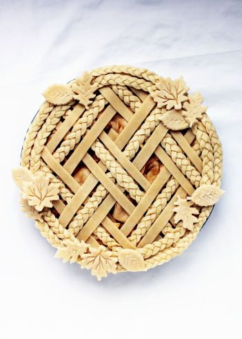 Decorative pie crusts for thanksgiving. 6 pie crusts to improve your baking skills. 6 Brilliant Pie Crust Designs: I love these designs! I love making pies but sometimes they are really hard to make and I feel like I am making the same classic traditional pies every year! I needed some much inspiration for crust designs and a good recipe. This is a must see to for home bakers this thanksgiving! Pinning for later!