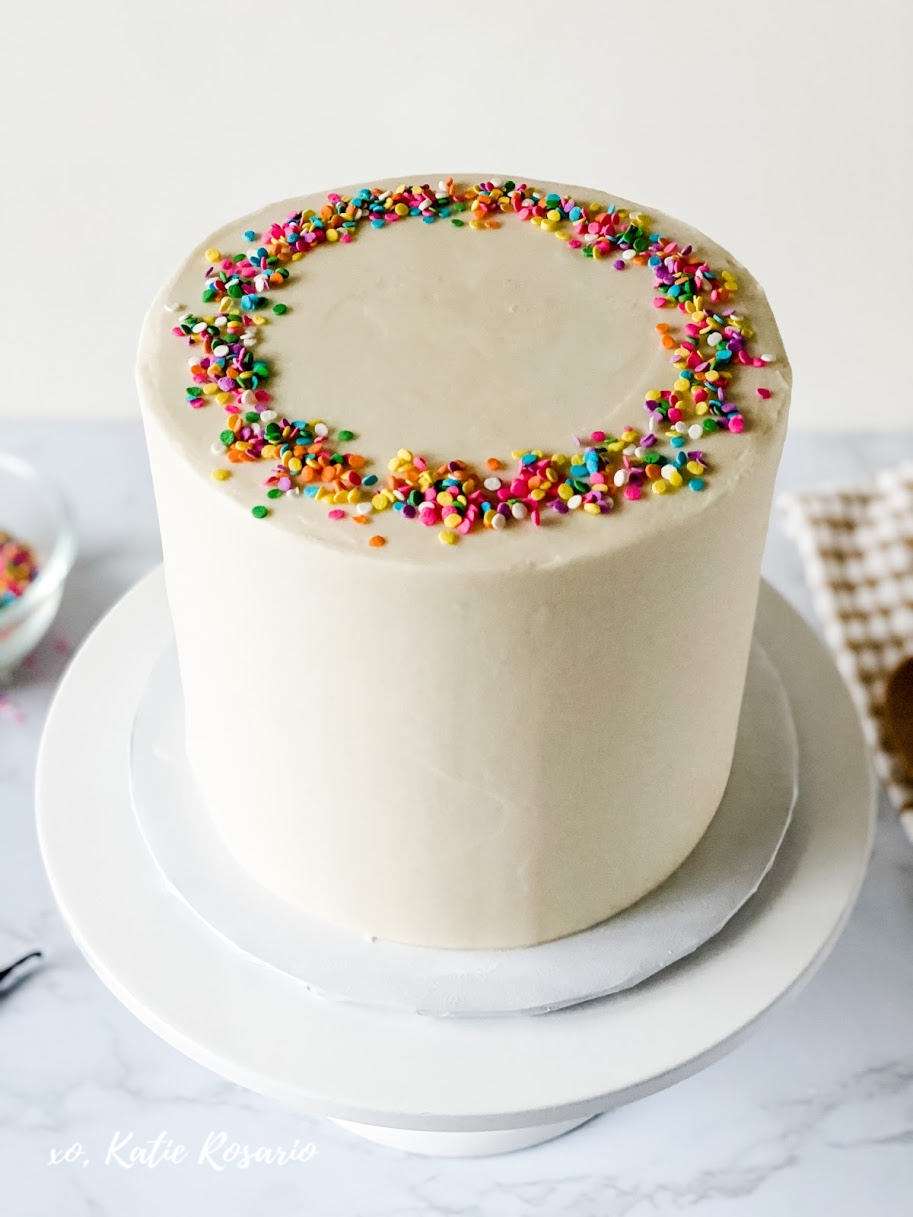 Learn how to bake and decorate cakes like a pro! This vanilla cake with vanilla buttercream recipe is a must-have recipe for beginner bakers. This super simple vanilla cake with vanilla buttercream is a homemade recipe that every home baker can succeed in making. #xokatierosario #vanillacake #homemadevanillacake #vanillafrosting #cakedecoratingtips
