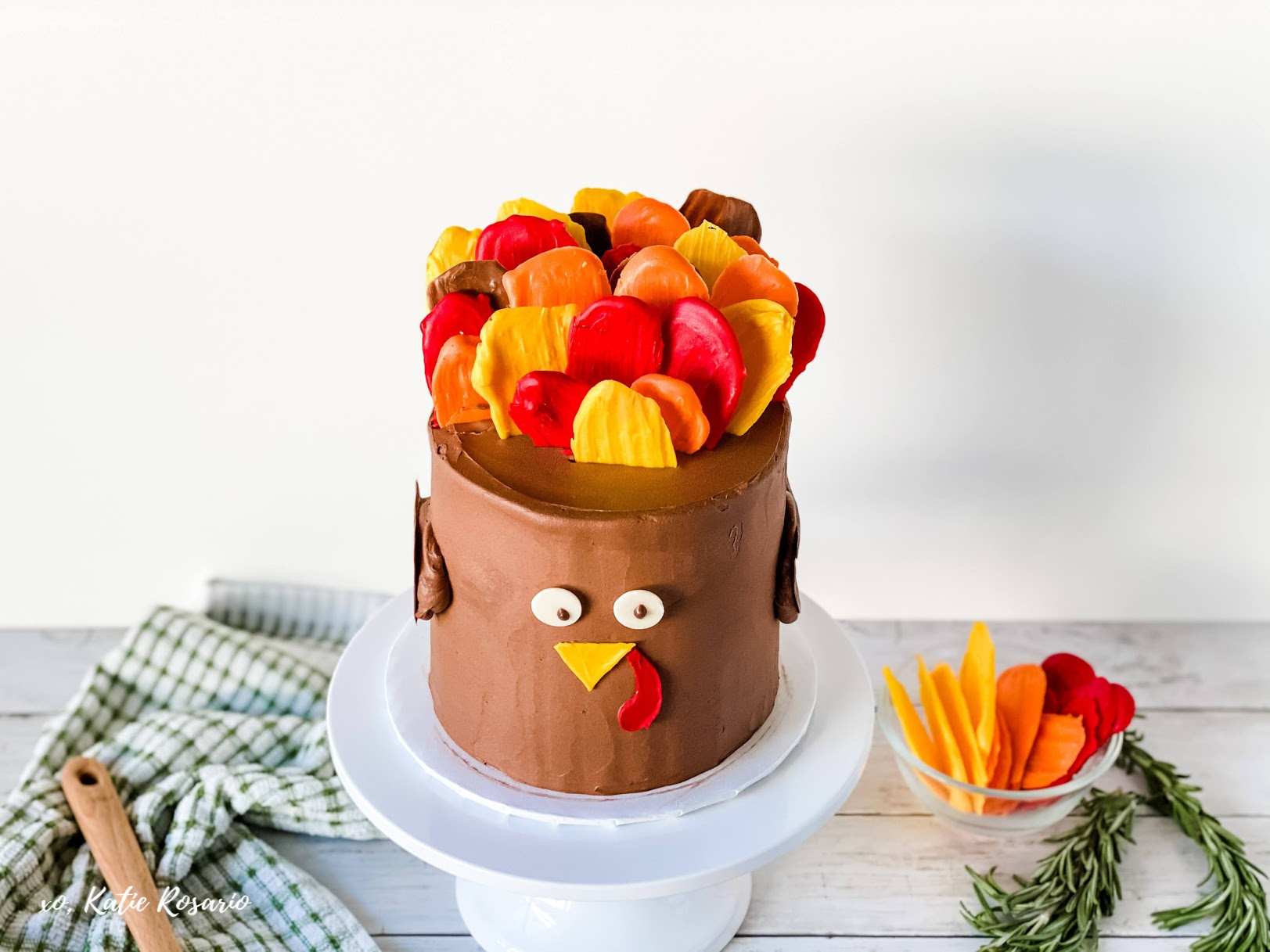 Learn how to make this fun and festive Thanksgiving Turkey Cake. Pumpkin spice lattes, pumpkin spice candles, and pumpkin spice cakes! This adorable Turkey Cake will make a beautiful addition to your Thanksgiving table! #xokatierosario #katierosariocakes #cakedecoratingtips #thanksgivingcake #fallcakeideas