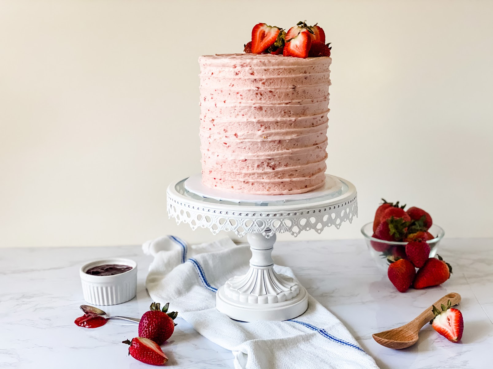 Are you looking for a super tasty strawberry cake recipe? Seriously, anyone can make this strawberry layer cake recipe. Created by Katie Rosario, XOKatieRosario creates beautiful cake decorating techniques that are easy for beginners and strategically designed for any home baker. #xokatierosario #katierosaiocakes #strawberrycake #freshstrawberry #cakerecipes #cakedecoratingcourse