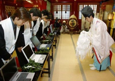 Otaku take their computers to shrine