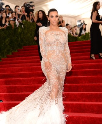 Kim Kardashian beim Met Ball 2015 mit dem Thema 'China Trough the Looking Glass'. Kleid: Roberto Cavalli. Source:http://www.vogue.com/slideshow/13258407/met-gala-best-dressed-2015-celebrities-red-carpet/