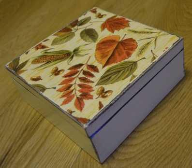 Kolorowe listki na pudełku