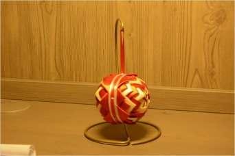 Bombka czerwono - kremowa, ujęcie z boku