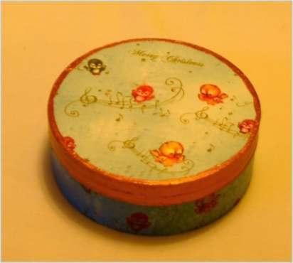 Pudełko okrągłe z małymi ptaszkami świątecznymi, średnica 12.5 cm