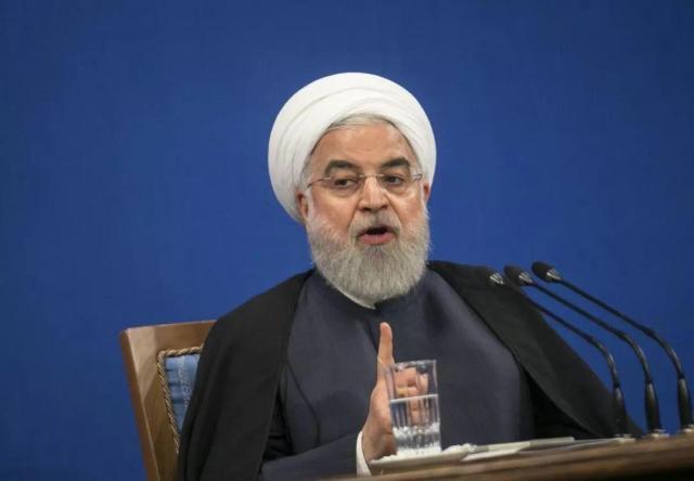 印度恒河的夜晚人山人海,演出与祭祀齐飞,热闹非凡