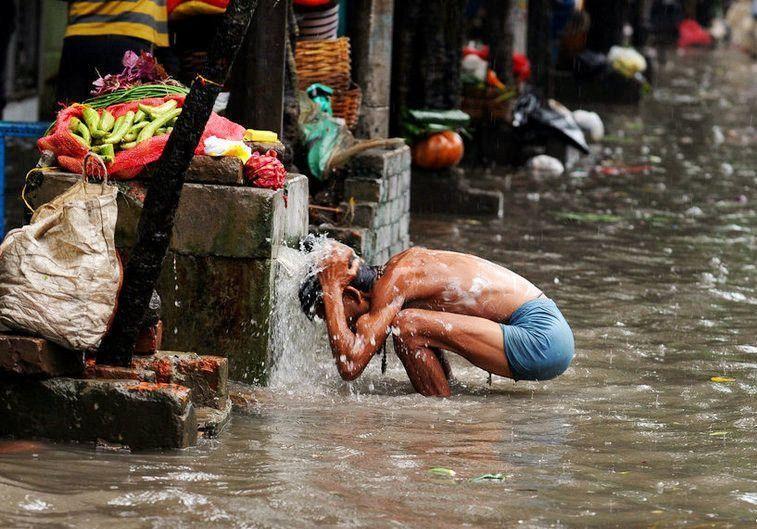 凌晨两点,2个英国人在深圳街头愣住,直言:这是真实存在的吗?