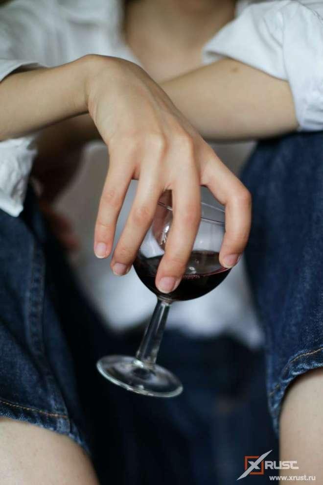 Бокал вина и одиночество приводят женщин к алкоголизму