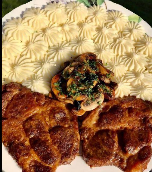 Χοιρινές μπριζόλες λαιμού με μανιτάρια σε βούτυρο και πουρέ πατάτας