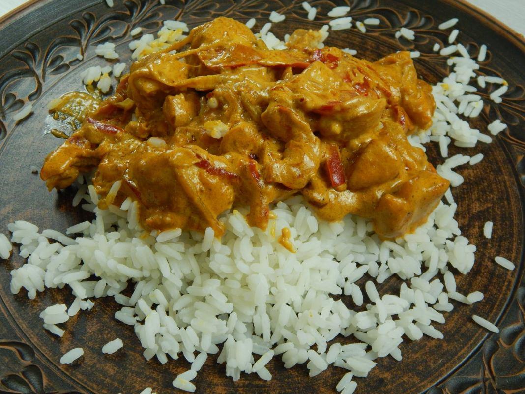 Κοτόπουλου με ρύζι και σάλτσα καρυ