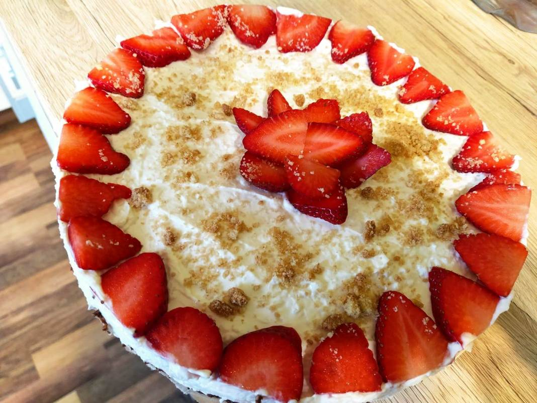 Υγιεινό cheesecake αμυγδάλου με φράουλες