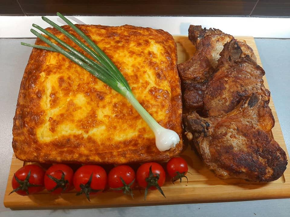 Τυρόπιτα στο φούρνο με μπριζόλες στο τηγάνι