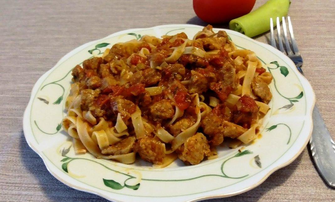 Tαλιατέλες με κρέας σε σάλτσα ντομάτας