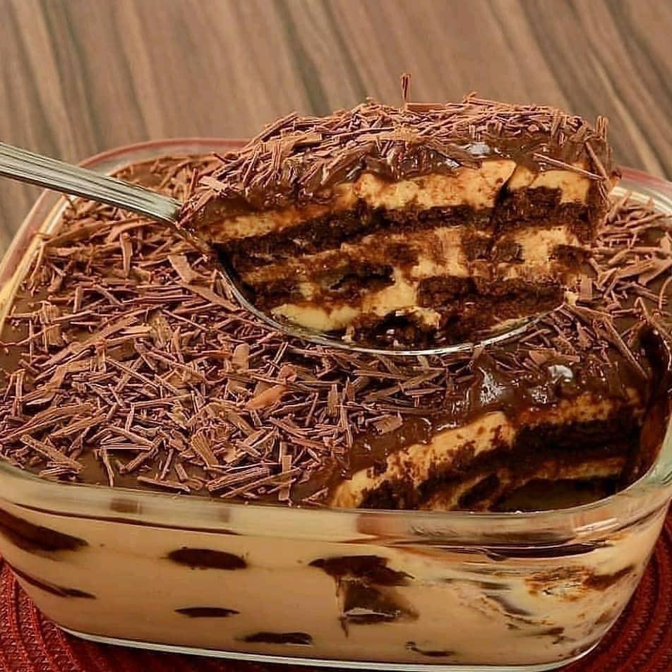 Μπικοτογλυκό με καραμελωμένο ζαχαρούχο και σοκολάτα