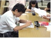 複数の小学生が学習している様子