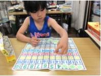 女の子が100チップで遊びながら学習している様子