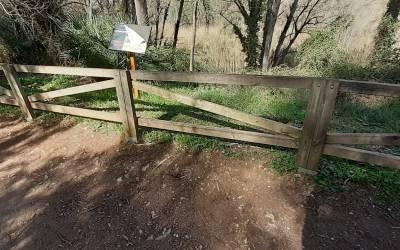 L'Ajuntament de Xàtiva repara les baranes de fusta de la senda d'accés al Paratge de la Cova Negra