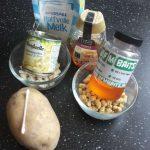 Alle benodigde ingrediënten die je nodig hebt om aardappel-deegballen te maken