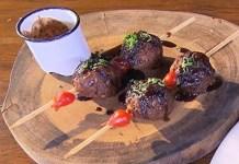 Receita de Bolinho de carne de sol ao molho de jabuticaba