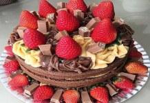 Receita de Bolo de Chocolate Decorado com Morangos