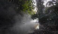 Het water uit de warme bron van Kapisha stroomt naar de rivier