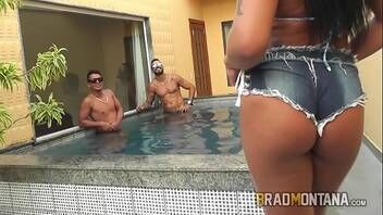 Morena tesuda do Brasil dando pra três caras safados