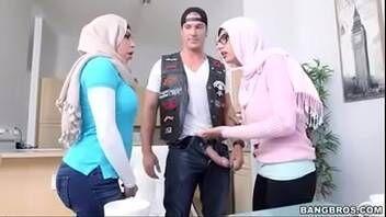 Redtube duas muçulmanas safadinhas chupando e fodendo com motoqueiro