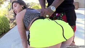 Novinha malandra fazendo boquete em um negro na rua