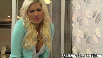 Vidios de sexo mostram a loirinha deliciosa dando em cima dos chefe dela e transando gostoso