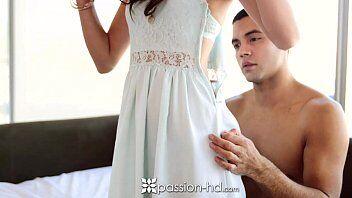 Pelada tirando a roupa para ficar peladinha com seu namorado em quanto fode com ele gostoso