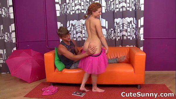 Ruiva porno com uma novinha linda dando uma boa trepadinha em cima do sofá laranja