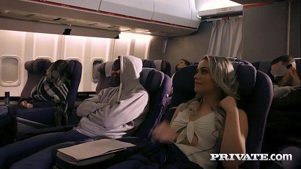 Sexo. com uma loira safada que mete dentro do avião com um cara ultra dotado