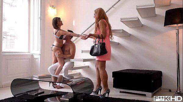 Video de sexo a três em cima da escada com um cara comendo duas mulheres bem gostosas